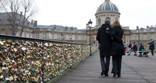 صورة جسر العشاق في باريس , شاهد ماذا يضعون العشاق على جسر باريس