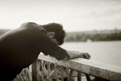 صورة الرجل الذي يبكي من اجل امراة , ما اغرب واعجب هذا الرجل